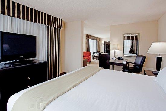 นิวเบอร์รี, เซาท์แคโรไลนา: Newberry South Carolina Hotel King Suite Executive Bedroom Area