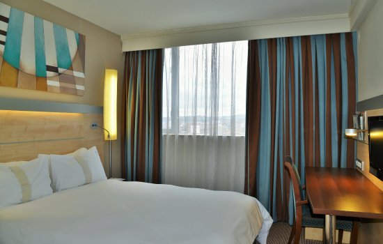 Holiday Inn Express Pretoria-Sunnypark: Bedroom showing work desk and TV