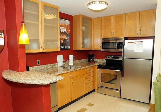 Yonkers, Nowy Jork: One-Bedroom Suite Kitchen