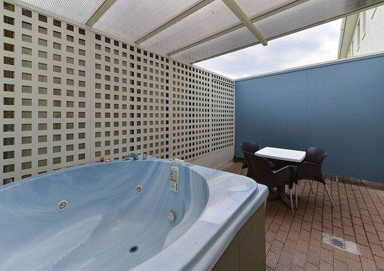 Geneva Motor Lodge: 1brm unit sleep 5, Spa Pool