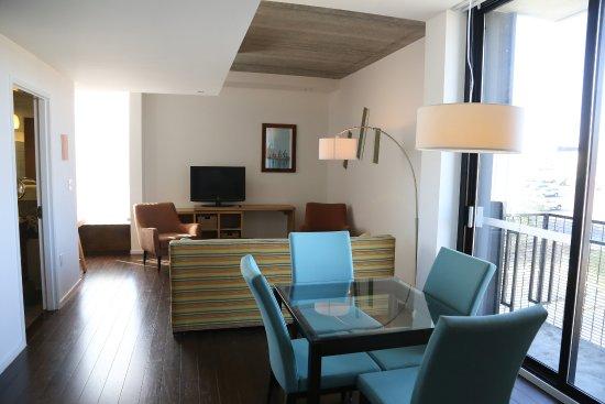 Atenas, GA: Balcony suite living room