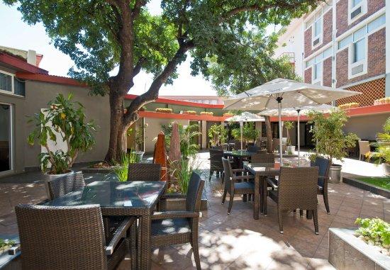 Protea Hotel by Marriott Windhoek Thuringerhof: Restaurant Terrace
