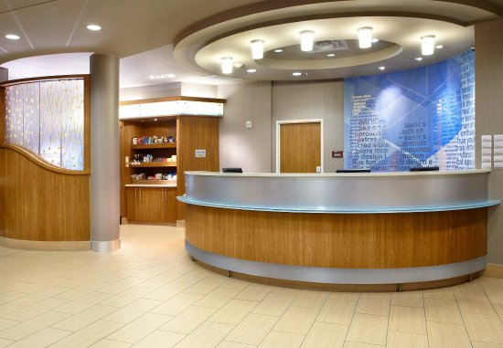 SpringHill Suites Houston Intercontinental Airport: Front Desk & Market