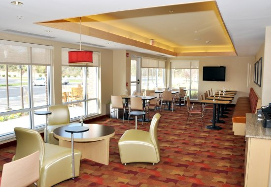 Towne Place Suites: Breakfast Area