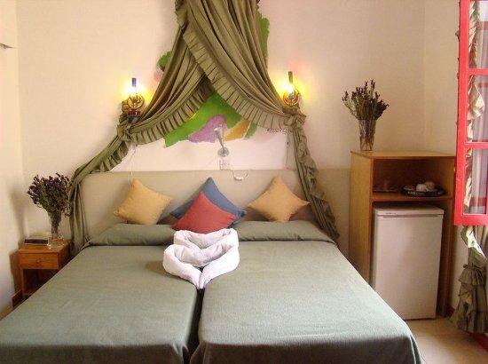 Kiniras Hotel: Guest room