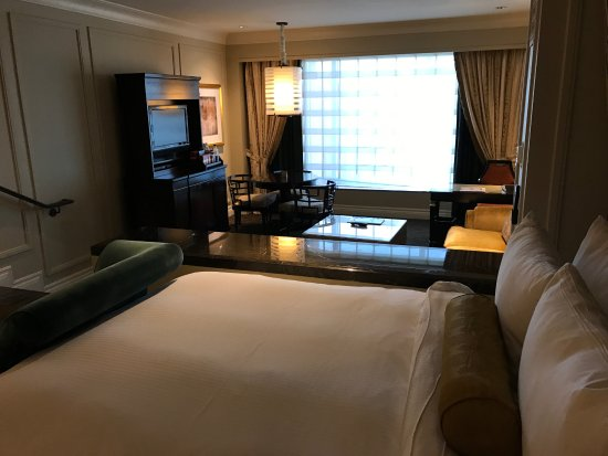 The Palazzo Resort Hotel Casino: Across bed to LR