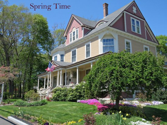Sleigh Maker Inn Bed & Breakfast: Inn In The Spring