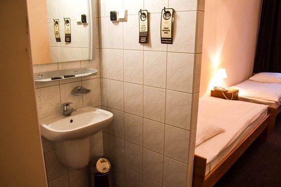 Hotel Mazowiecki: economy double room with washbasin