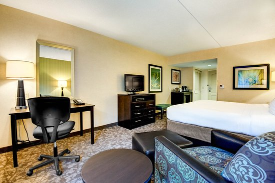 Neptune, NJ: King Bed Room