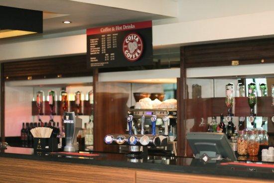 Slough, UK: Lobby Bar - Serving Costa Coffee