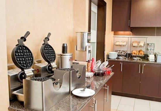 Residence Inn Lexington Keeneland/Airport: Waffle Bar