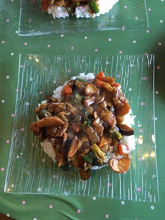 Date, Ιαπωνία: ランチメニューのスタミナカレー丼です、サラダとコーヒーが付いてます。なかなかのボリュームで美味しかったです。が、昨日と今日の限定でした…残念❗️普通メニューに追加してほしいですね😍