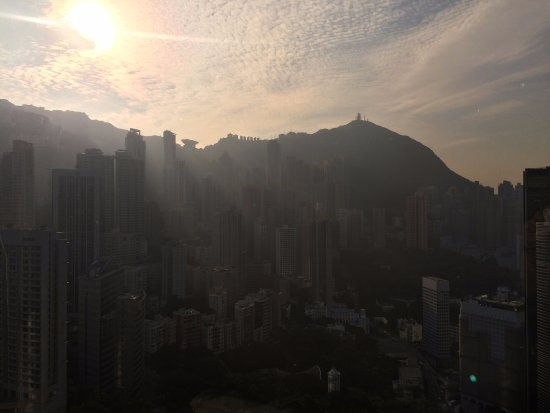 Island Shangri-La Hong Kong: Sunrise in the morning from my room