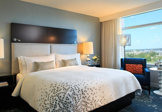 Renaissance Arlington Capital View Hotel: Our King Suite features a room and stylish Bedroom
