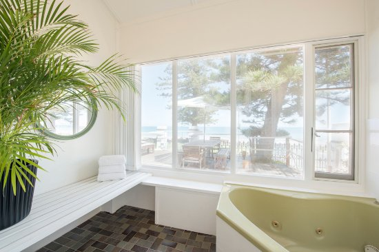 Glenelg, Avustralya: The Beach House's spa room, 1 of our 3 bedroom apartments. We have 4 different 3 bedroom apartme