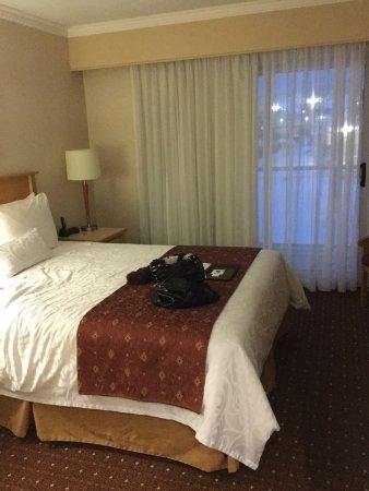 Best Western Plus Kelowna Hotel & Suites: King with kitchenette