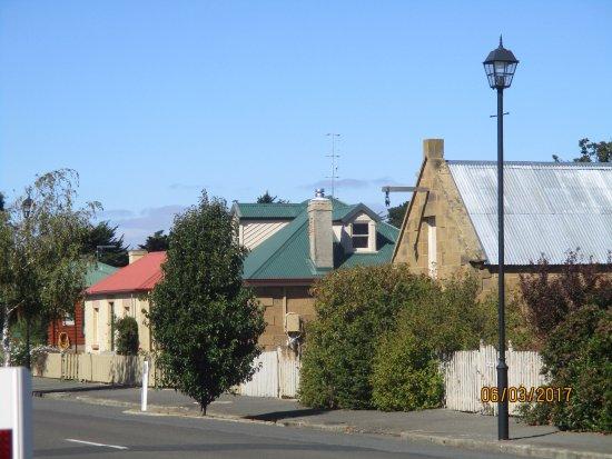 Oatlands, ออสเตรเลีย: Cream building is the Jenny Wren
