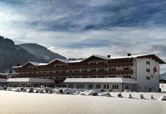 Waidring, Oostenrijk: Exterior View Winter at KUHotel by Rilano