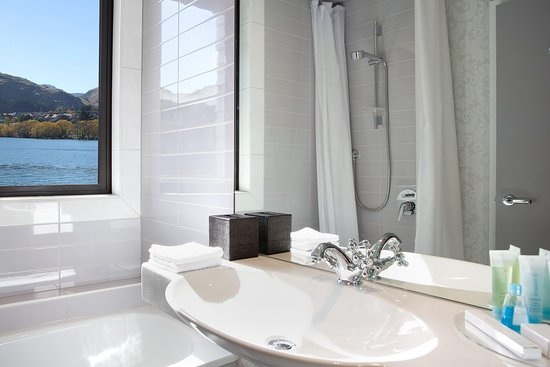 DoubleTree by Hilton Hotel Queenstown: Guest Room bathroom