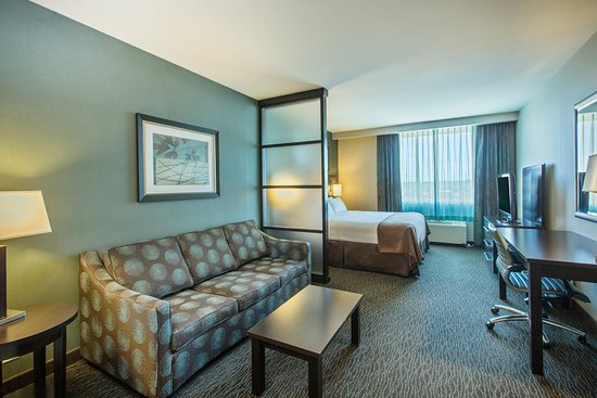 Holiday Inn Hotel & Suites Saskatoon Downtown: King Bed guest room with sleeper sofa.  Sleeps up to (4) guests
