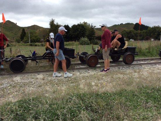 Taumarunui, Nova Zelândia: Inspecting the bikes before we set off.bike showing seating and pedals