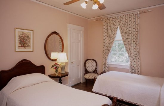 Cedars of Williamsburg Bed and Breakfast: Our Queen Mary features two twin beds. It is connected to our King William Room via a bathroom.