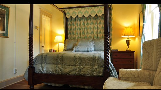 Cedars of Williamsburg Bed and Breakfast: Our William Lee Room is on the 1st floor of the main house. It has a queen bed and a sunny bathr