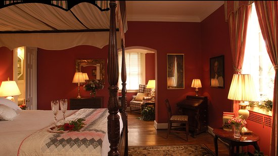 Cedars of Williamsburg Bed and Breakfast: Our George Washington Suite is on the 1st floor of the main house. It has a queen and twin daybe