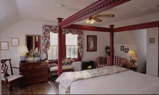 Cedars of Williamsburg Bed and Breakfast: Our largest room, the Patrick Henry Suite is on the 3rd floor of our main house. It has a king b