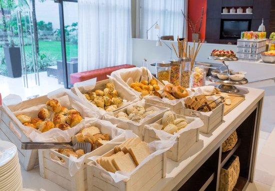Courtyard Panama at Metromall Mall: Buffet Breakfast