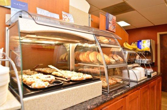 Holiday Inn Express Burlington: Enjoy the cinnamon rolls.