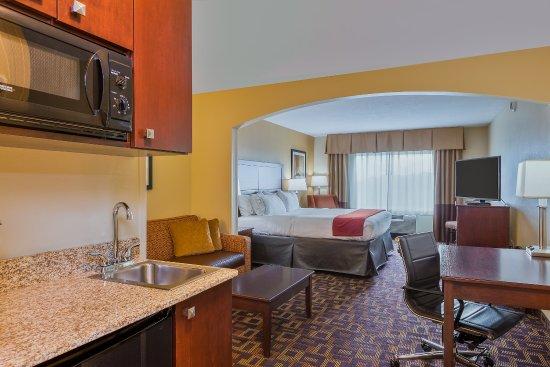 Salina, KS: Deluxe King Suite