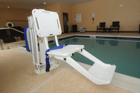 Holiday Inn Express Somerset: Accessible Pool Amenity