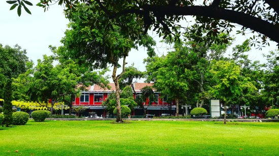 Riva Surya Bangkok: Santichaiprakarn Park - a riverside park is reachable by walking along the river from our hotel