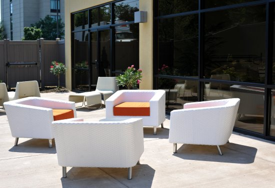 Holiday Inn & Suites Charleston West: Guest Patio