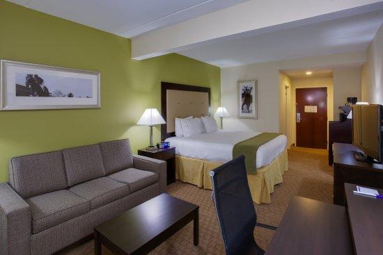 Laurel, MD: King Bed Guest Room