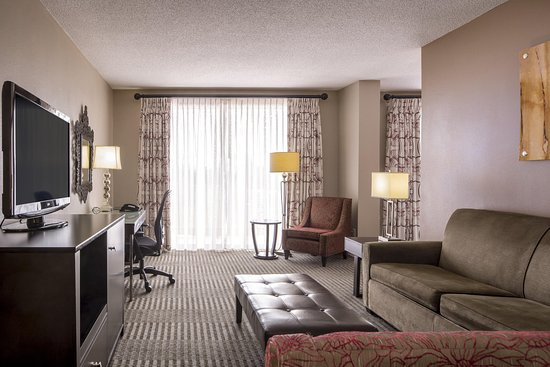 DoubleTree by Hilton Hotel Raleigh - Brownstone - University: Jr Suite Living Area