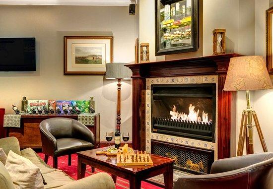 Centurion, South Africa: Bar & Lounge Fireplace