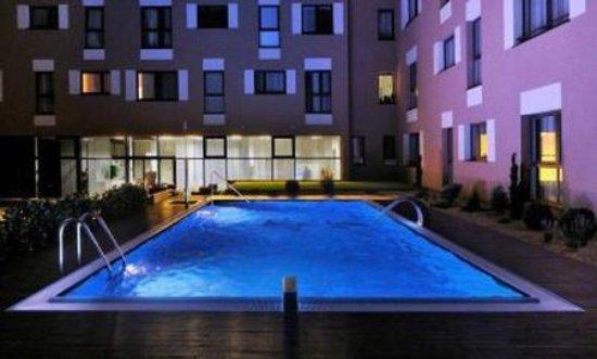 Melrose Apartments: Pool