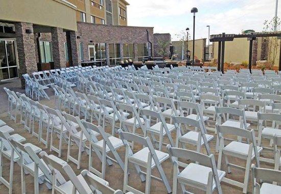 Mankato, MN: Outdoor Wedding