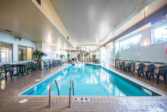 Salmon Arm, Canada: Indoor pool with water slide