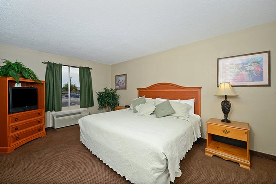 Americas Best Value Inn & Suites-Las Cruces/I-10 Exit 140: One King Bed