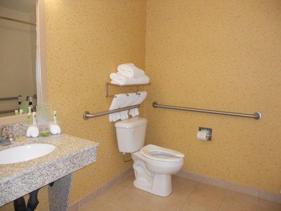 Hazard, KY: Guest Bathroom