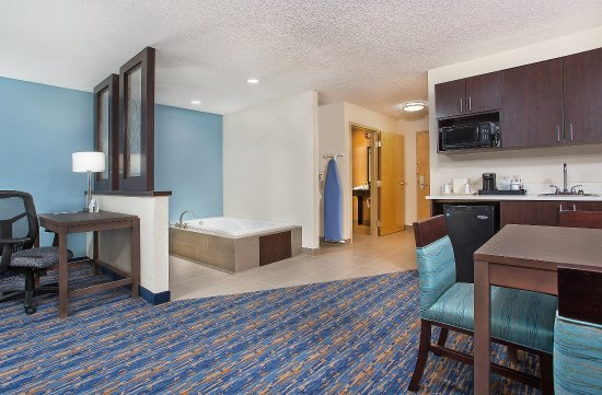 Berea, KY: King Jacuzzi Suite with Kitchen