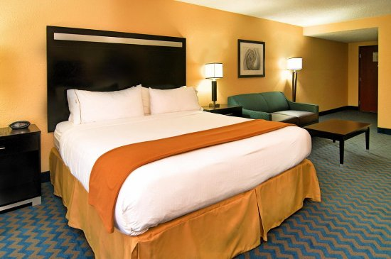 Roanoke Rapids, NC: A suite with a king bed and a sleeper sofa is a comfortable choice