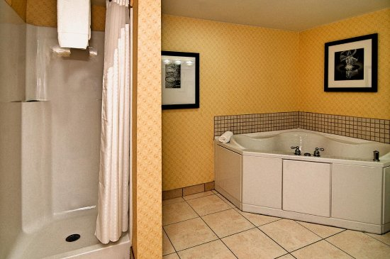 Roanoke Rapids, NC: Our whirlpool tub rooms make a great place for a romantic getaway!