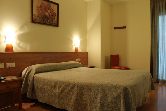 Hotel Flora Parc: Double bed room with balcony