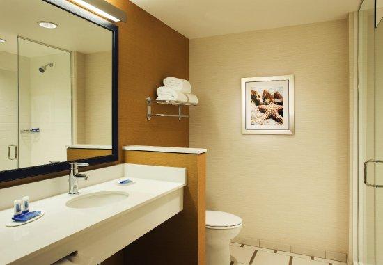Тастин, Калифорния: Guest Bathroom Vanity