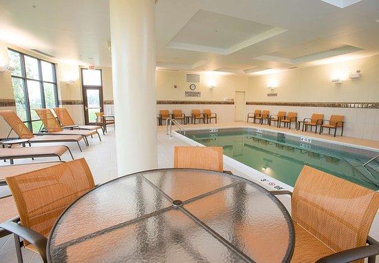 Courtyard Cincinnati Midtown/Rookwood: Indoor Pool