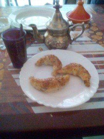 Les delices du Maroc : Pastilla au poule Tajine  agneau  légumes   Cornes de gazelles  au miel Salade à l'orange .